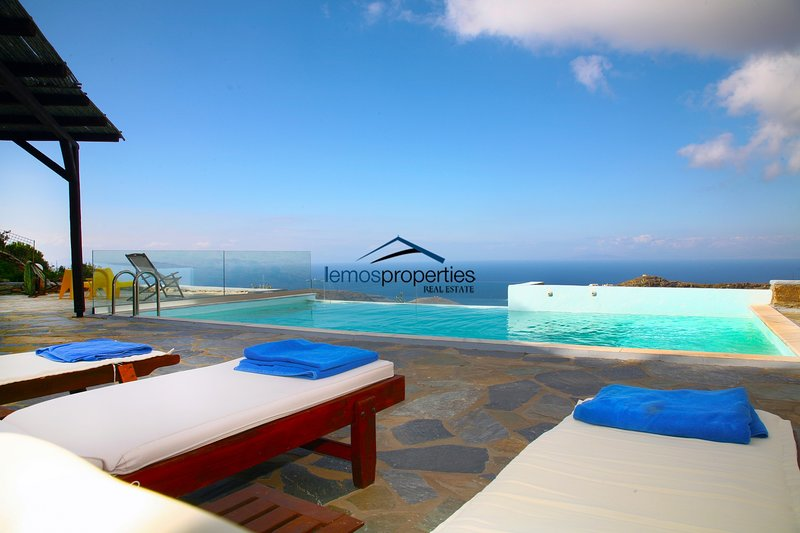 Fantastic villa with a swimming pool and an amazing sea and sunset view, alquiler vacacional en Melissaki