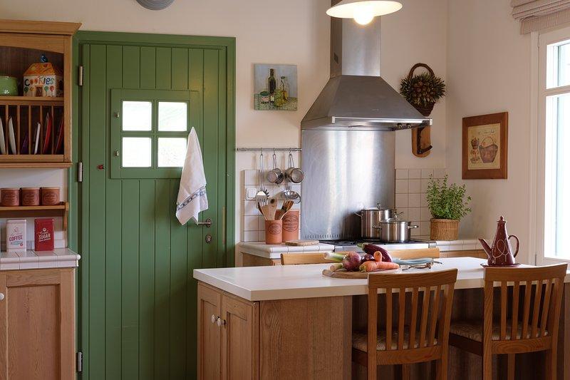 Fornelli a gas, due forni, frigorifero grande e una lavastoviglie disponibili per il vostro alloggio.