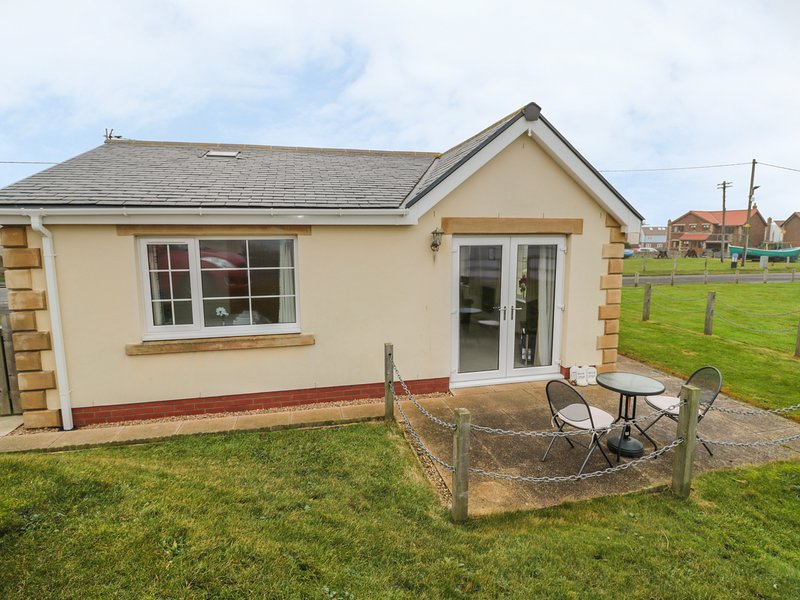 WHITE ROCK COTTAGE, on the coast, stunning sea views, WiFi, off road parking, location de vacances à Beadnell
