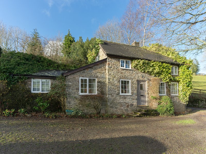 WERN TANGLAS COTTAGE, pet friendly, character holiday cottage, with a garden in, holiday rental in Dulas