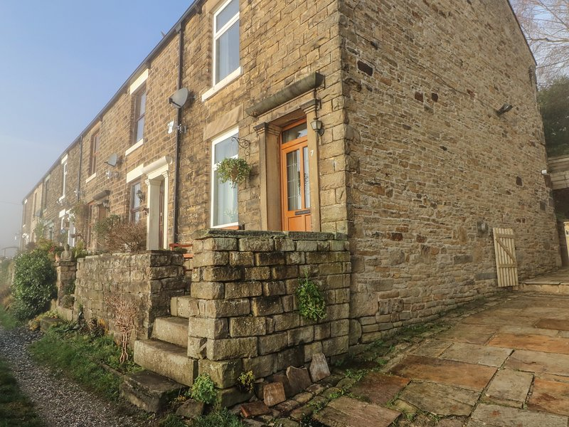 7 BANK COTTAGES, Woodburner, 3 bedrooms, WiFi, Hayfield, location de vacances à New Mills