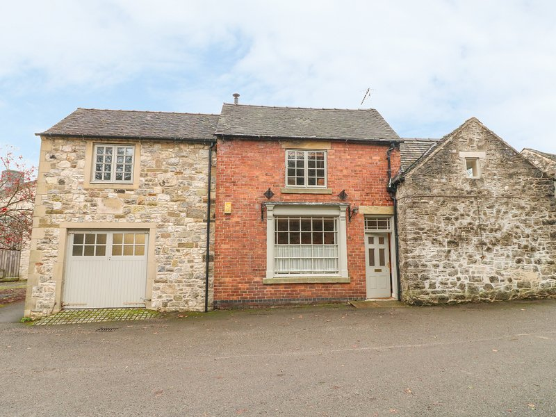 THE OLD SHOP, character conversion with WiFi, courtyard, village location in, vacation rental in Tissington