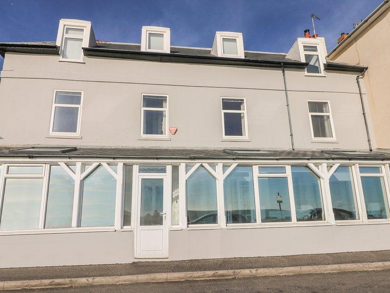 THE EAVES, beachfront, woodburner, WiFi, in Sandgate, Ref 960432, vacation rental in Folkestone