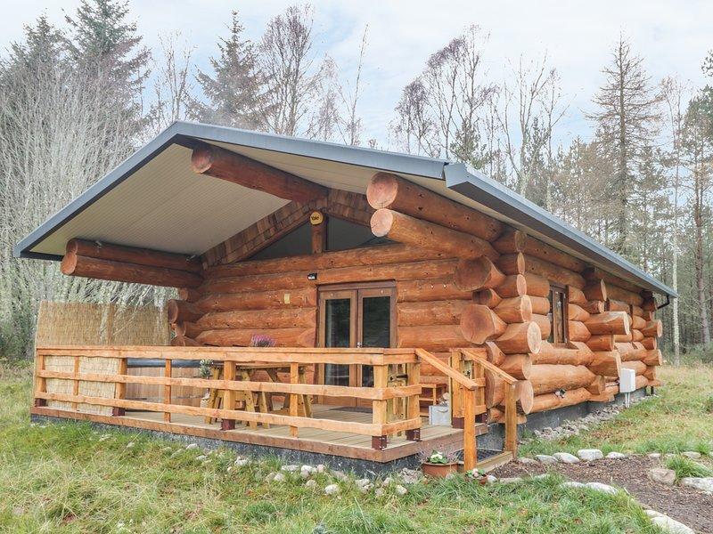 HERON LODGE, open plan, veranda with hot tub, near Inverness, aluguéis de temporada em Allanfearn