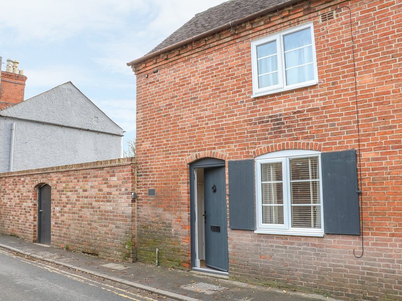 OLD END COTTAGE, open-plan, centre of village, in Ashbourne, holiday rental in Thorpe