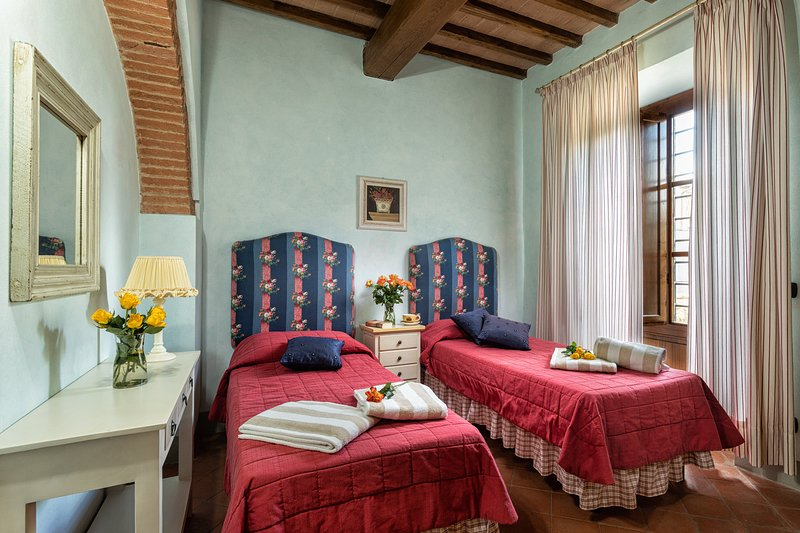 Il Cortile, Holiday Apartment in the Chianti region with 2 bedrooms and pool!, holiday rental in Sambuca