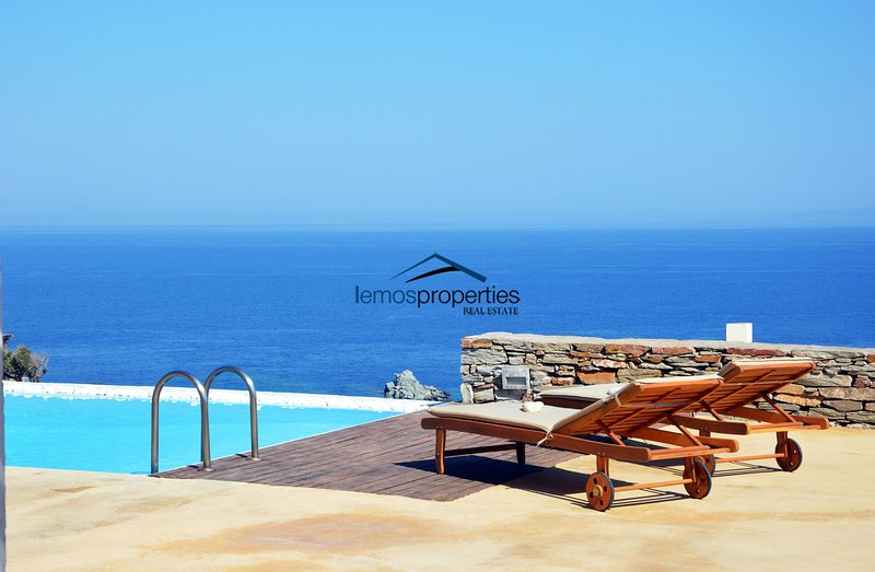 Stone built villa with a swimming pool and fantastic sea view – semesterbostad i Otzias