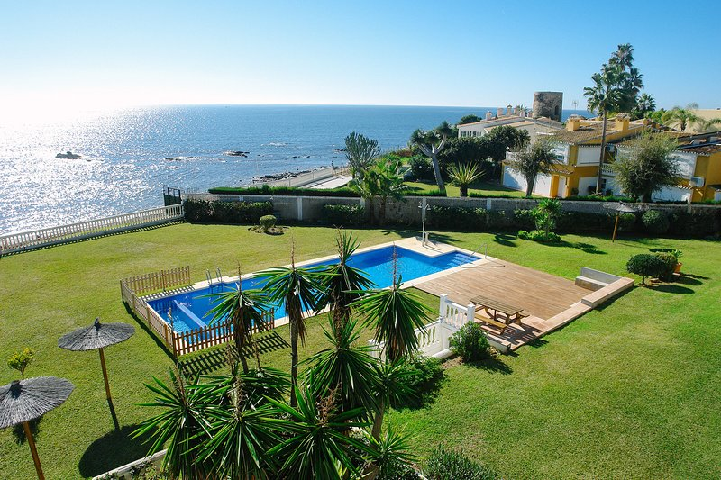BEACH FRONT VILLA IN COSTA DEL SOL, holiday rental in Sitio de Calahonda