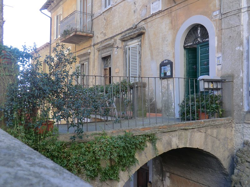 Beautiful apartment with balcony, casa vacanza a Ronciglione