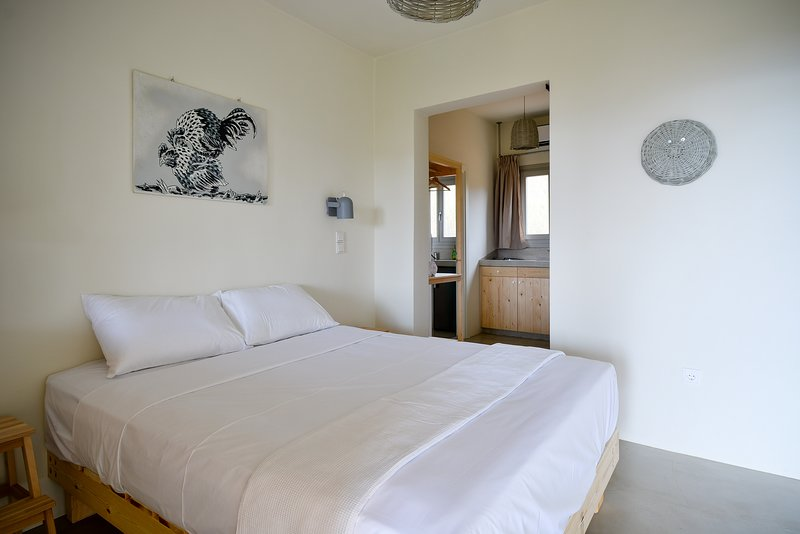 Rooster Guesthouse Rooms - Standard Apartment, holiday rental in Kypri
