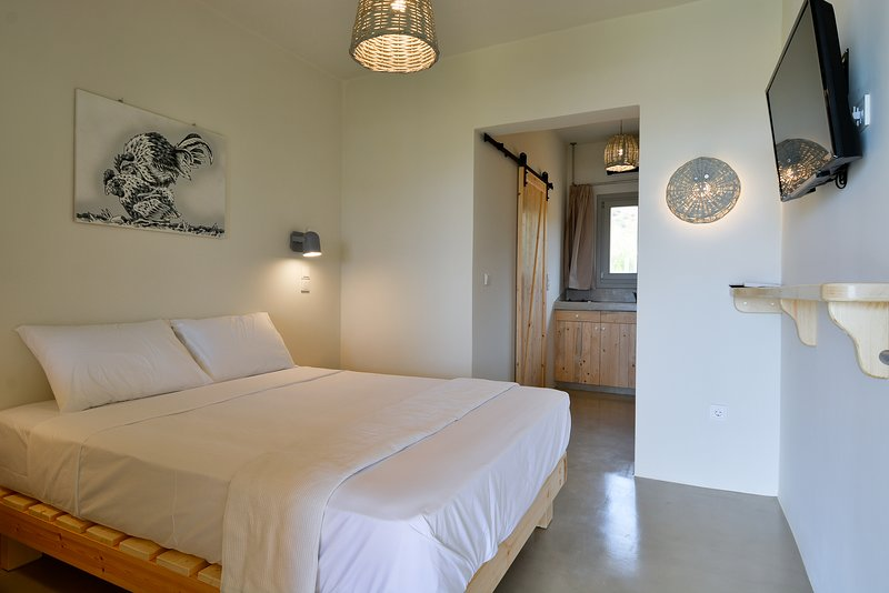 Rooster Guesthouse Rooms - Family Apartment, holiday rental in Kypri