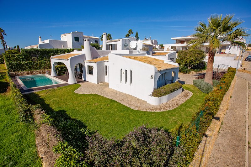 Stunning 4 Bedroom Villa, Panoramic Sea Views, Air con, optional pool heating, holiday rental in Sesmarias