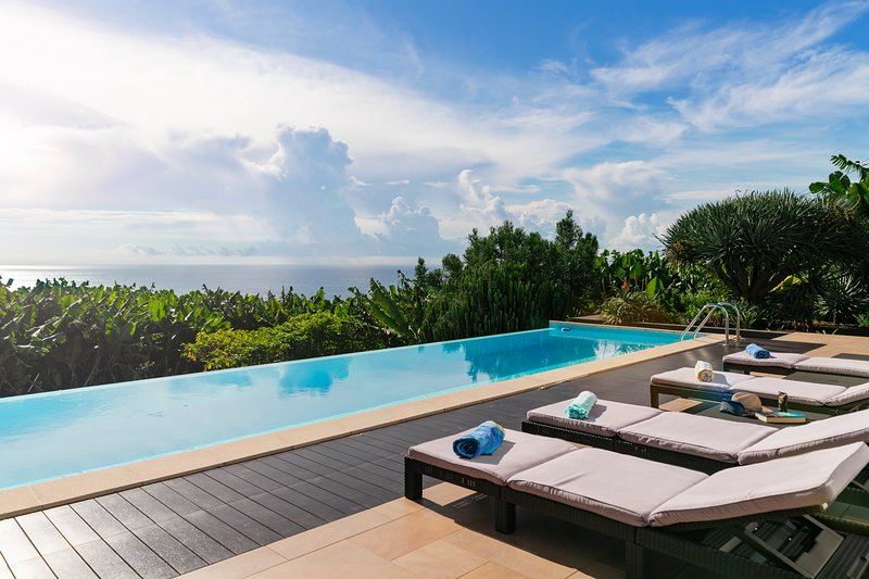 Contemporary villa, heated infinity pool, sea-views | The Designhouse, holiday rental in Madeira