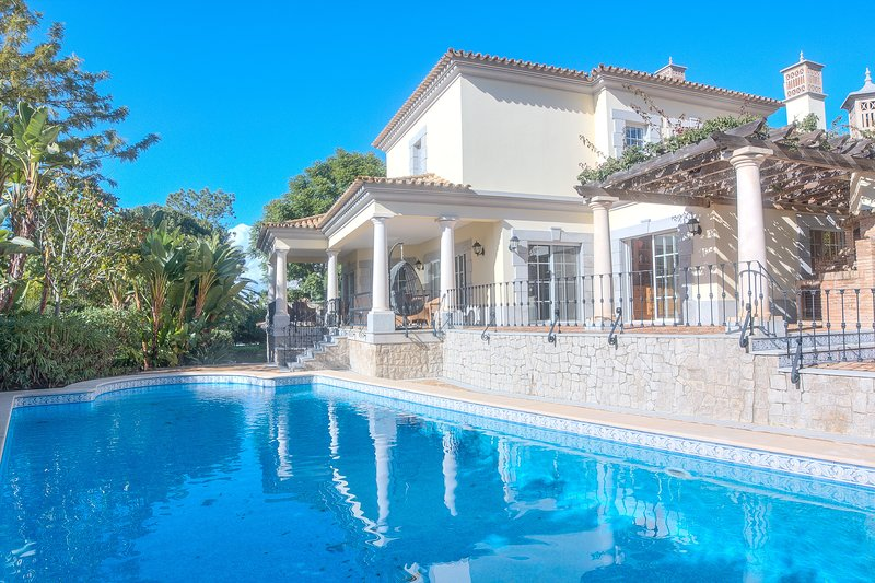 5 bedroom villa in Quinta do Lago with charm and character, large private garden, holiday rental in Quinta do Lago
