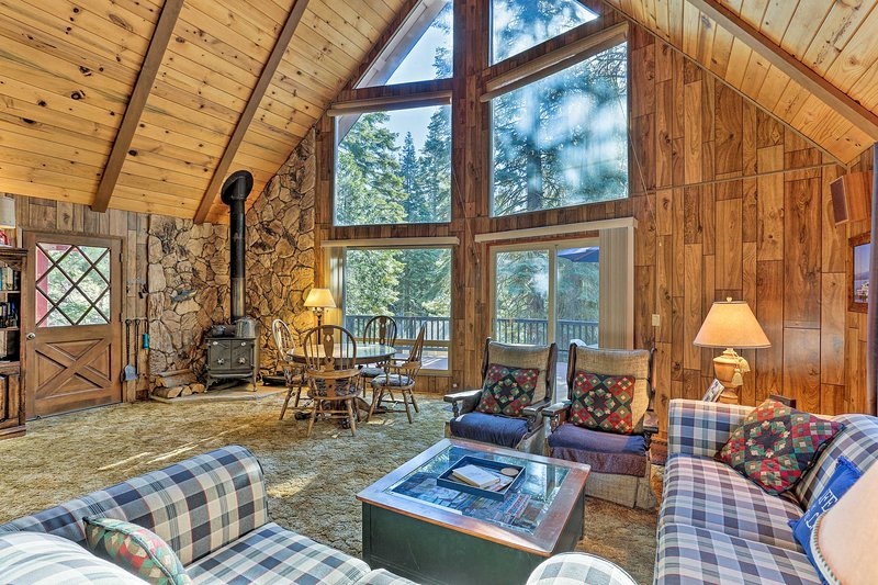 Lake Almanor Country Club Cabin w/ Amenities!, holiday rental in Westwood