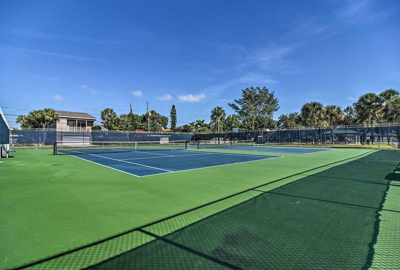 Gioca a tennis nei campi situati proprio in fondo alla strada.