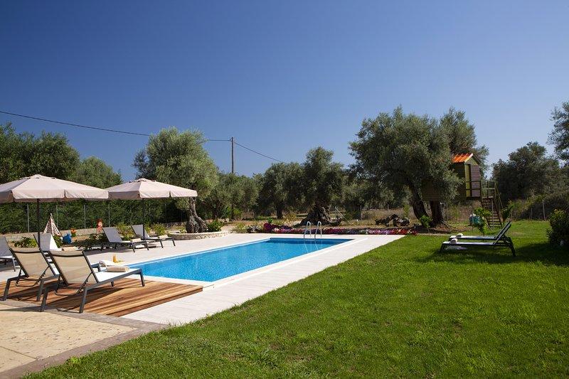 Villa elionas...close to the sea and the town, alquiler vacacional en Agia Varvara
