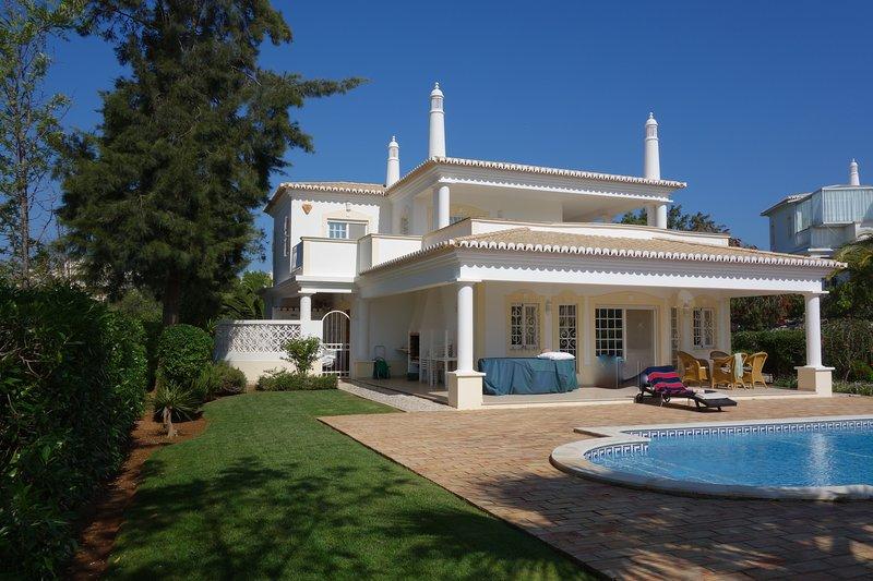 Villa 41 Alto Golf, aluguéis de temporada em Portimão