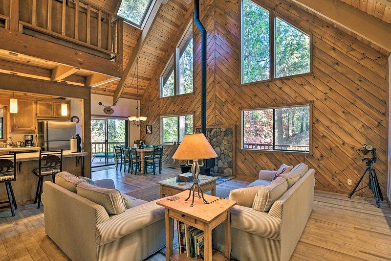 Secluded Arnold Cabin w/Deck - Near Bear Valley!, alquiler de vacaciones en Dorrington
