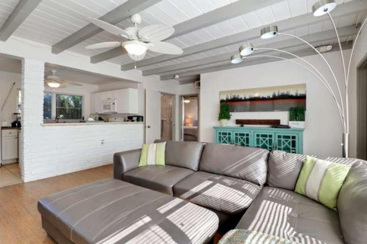 Il concetto aperto soggiorno, sala da pranzo e cucina crea un grande spazio per intrattenere e trascorrere del tempo insieme.