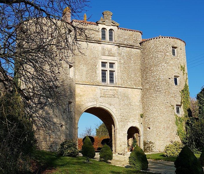 Chambre Hôte et Salle de réception au Château de la Cressonnière, vacation rental in Mervent