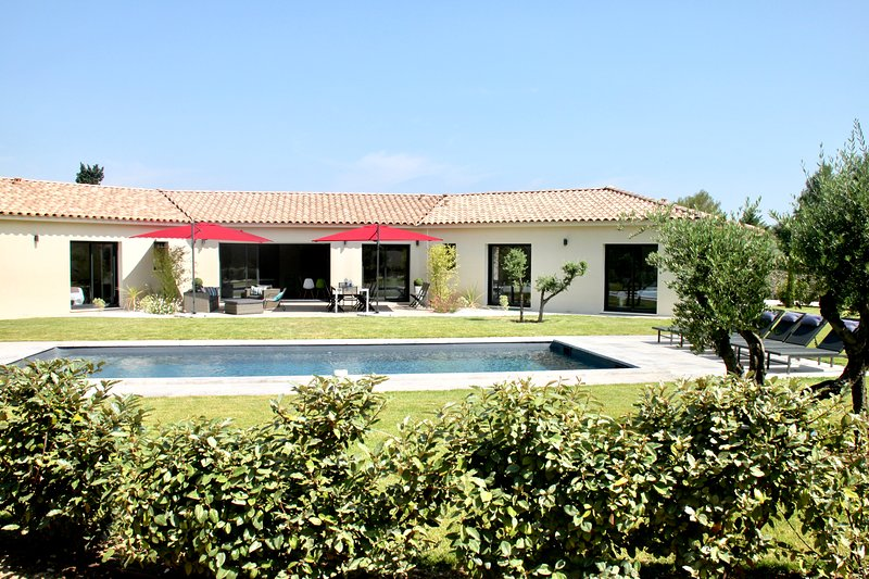 VILLA CLIMATISEE AIX EN PROVENCE, 10 CHAMBRES, + 20 PERSONNES, PISCINE PRIVÉE, holiday rental in Puyricard