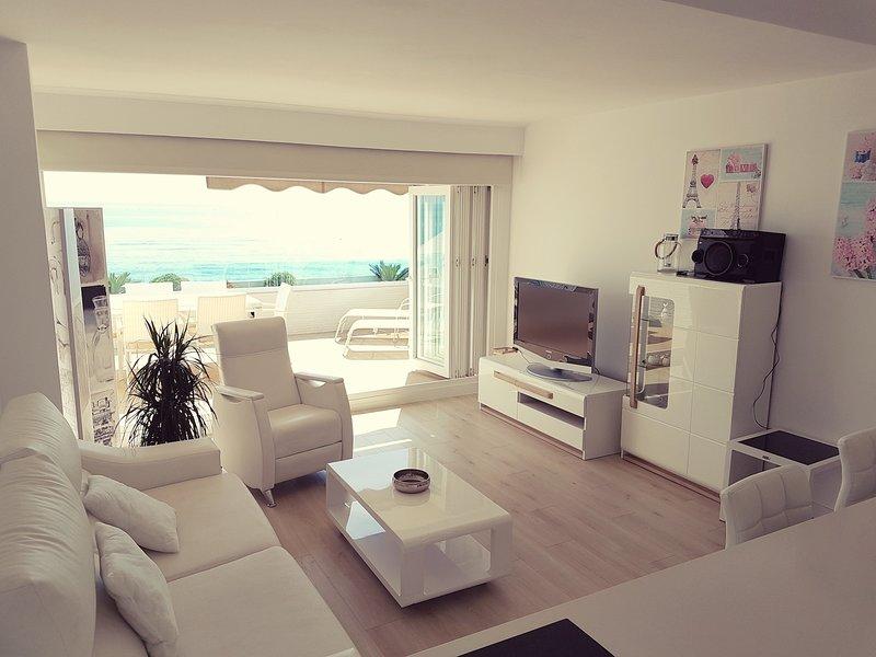 La Vela Beachfront Terrace Attic Apartment - Unique New in Fuengirola - 6 sleeps, location de vacances à Fuengirola