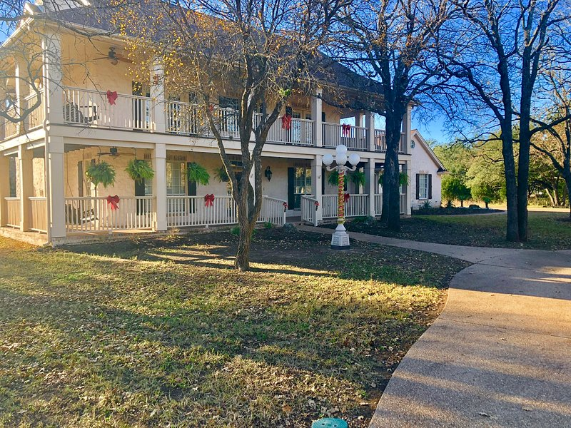 Executive Furnished Vacation Rental 12 Beds, holiday rental in Liberty Hill