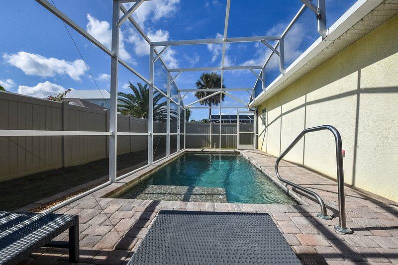 Private Pool * Pet-Friendly* Just Steps to Beach!!, location de vacances à Daytona Beach