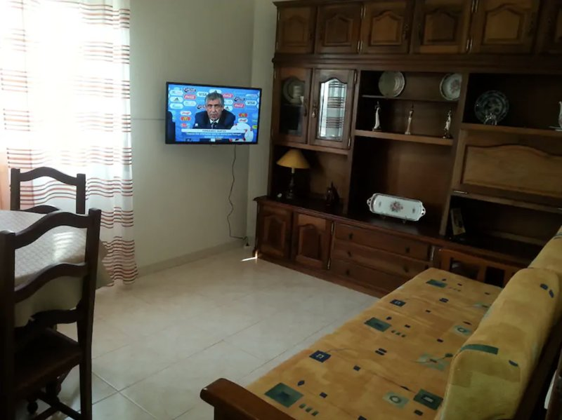 Apis Yellow Apartment, Rio de Mouro, Sintra, holiday rental in Mem Martins