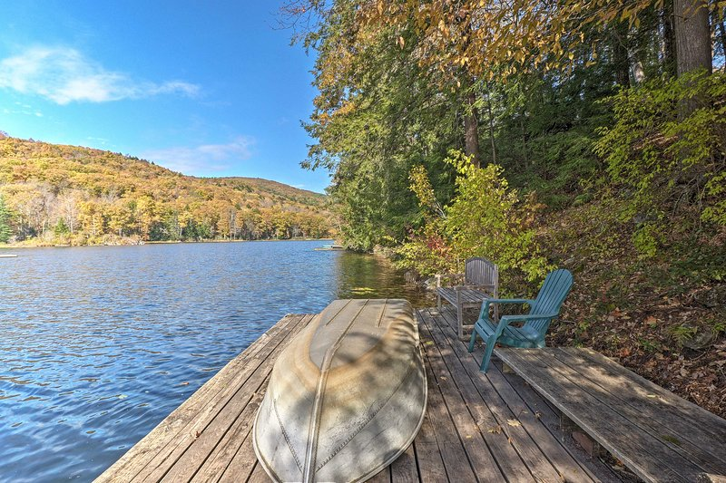 Lakefront Berkshires Retreat w/ Deck, Dock & Boat!, holiday rental in North Egremont