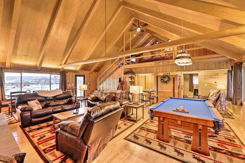 Centennial Cabin w/Hot Tub, Sauna, Pool Table, location de vacances à Centennial