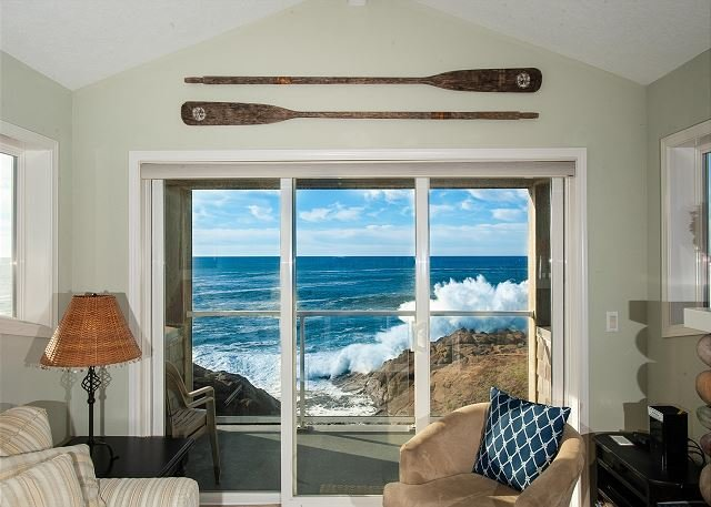 Seacliff Loft - Top Floor Oceanfront Condo, Hot Tub, Pool, Wifi & More!, alquiler vacacional en Depoe Bay