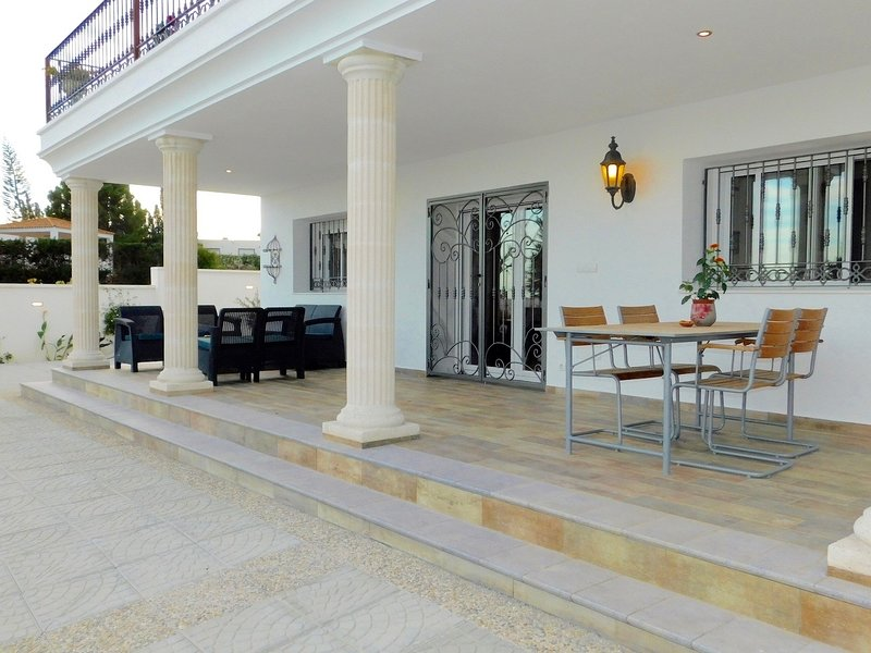 Casa con gran Jardin y frente al mar, holiday rental in Mojacar Playa