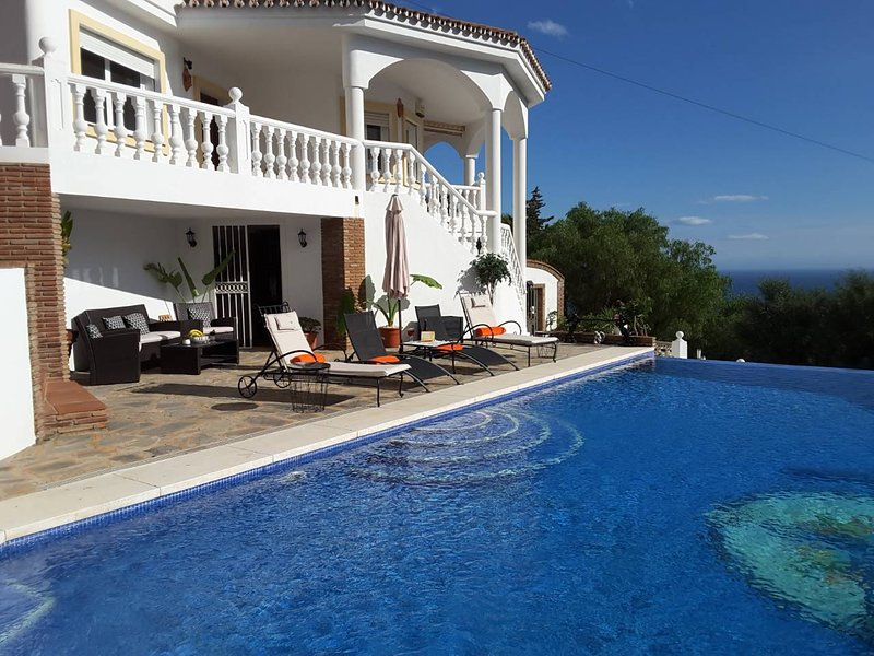 Beautiful Villa with Private Infinity Pool, holiday rental in Benalmadena