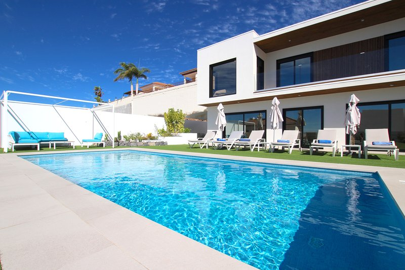 Beautiful Villa for 6p., private heated pool, WiFi, 8min by car from the beach, holiday rental in La Caleta