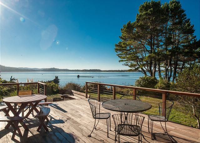 Heron House: a beautiful bay front home in Lincoln City with panoramic views!, location de vacances à Lincoln City