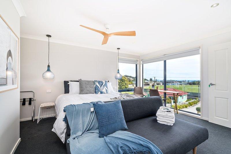 Cama King (se puede dividir) y sofá cama y una gran vista del océano