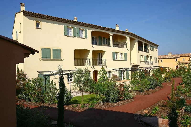 St Endreol 3-bedroom apartment shared indoor & 2 outdoor pools, holiday rental in La Motte