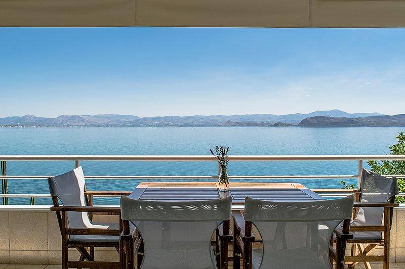 Waterfront Apartment, Unique Sea View balcony | near Nafplio, Epidaurus, Mycenae, Ferienwohnung in Nafplio