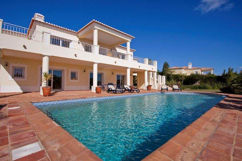 hochwertige Villa mit Meerblick, holiday rental in Bensafrim