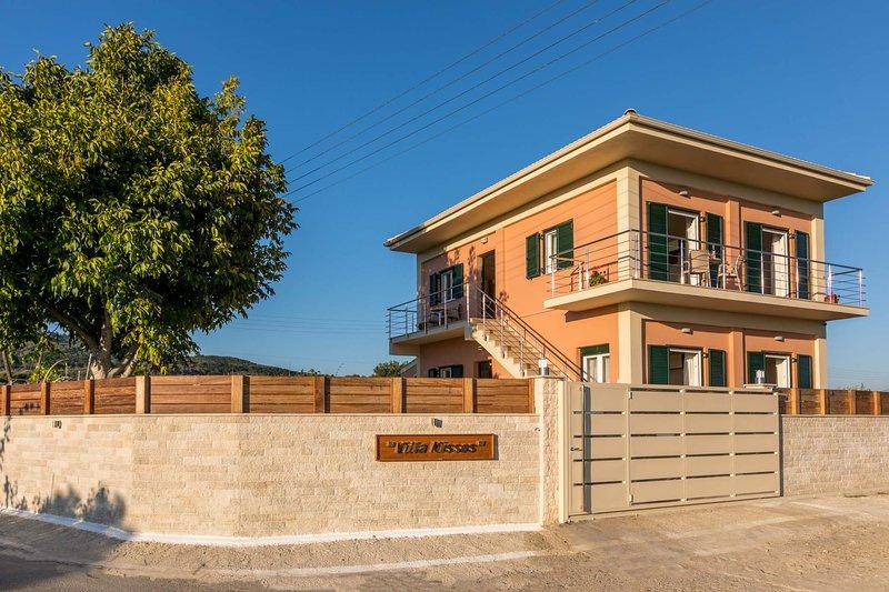 Villa Nissos at Issos Coast, alquiler de vacaciones en Chlomos
