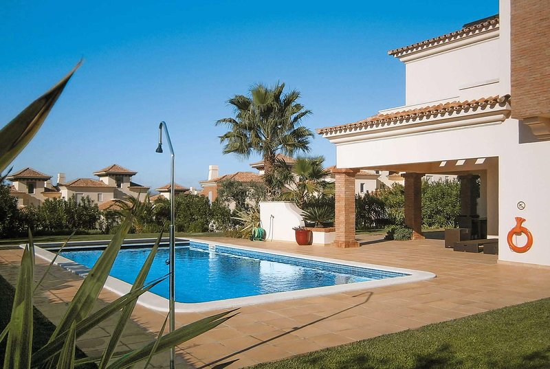 Contemporary villa perfect setting close to resort, holiday rental in Ribeira da Gafa