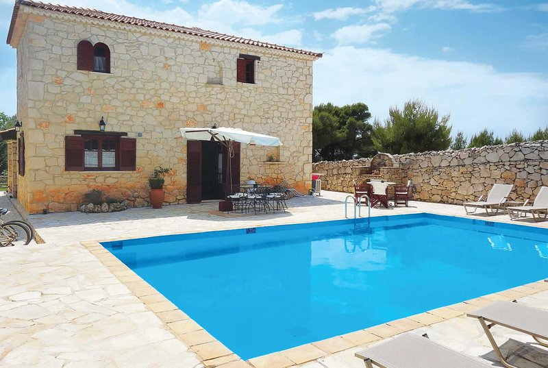 Charming villa, perfect for exploring the island, holiday rental in Kampi