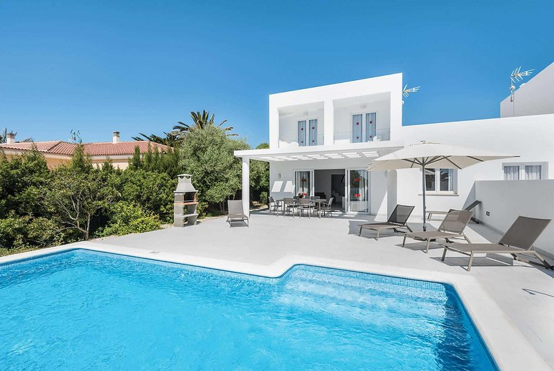 Newly built villa with private pool + sun terrace, alquiler vacacional en Cap d'Artrutx