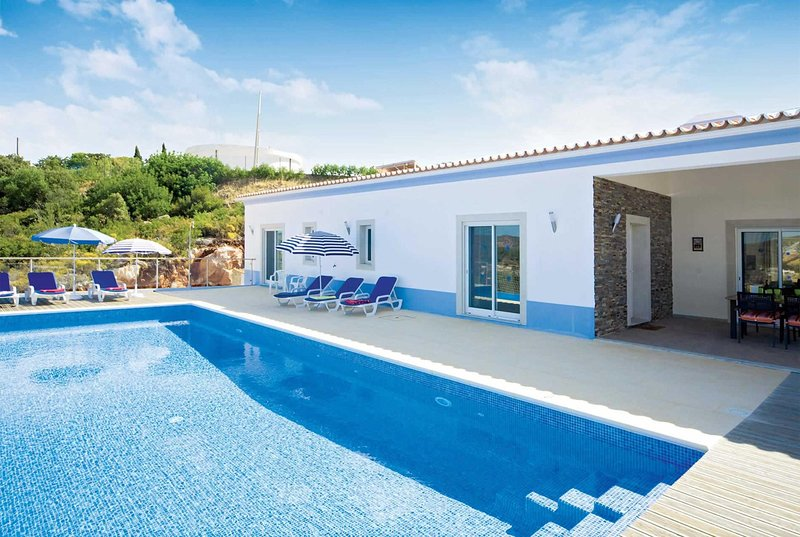 Countryside 3 bedroom villa with an infinity pool, holiday rental in Tareja
