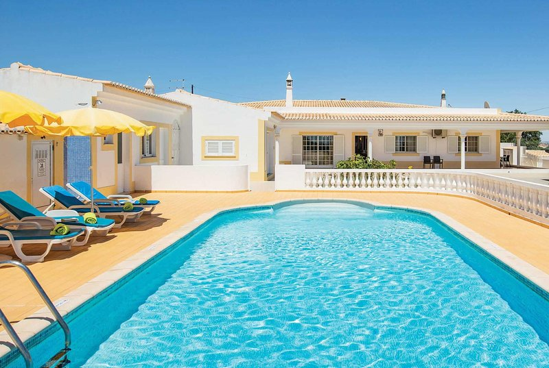 3 bed villa 15 minute drive from the beach, holiday rental in Caramujeira