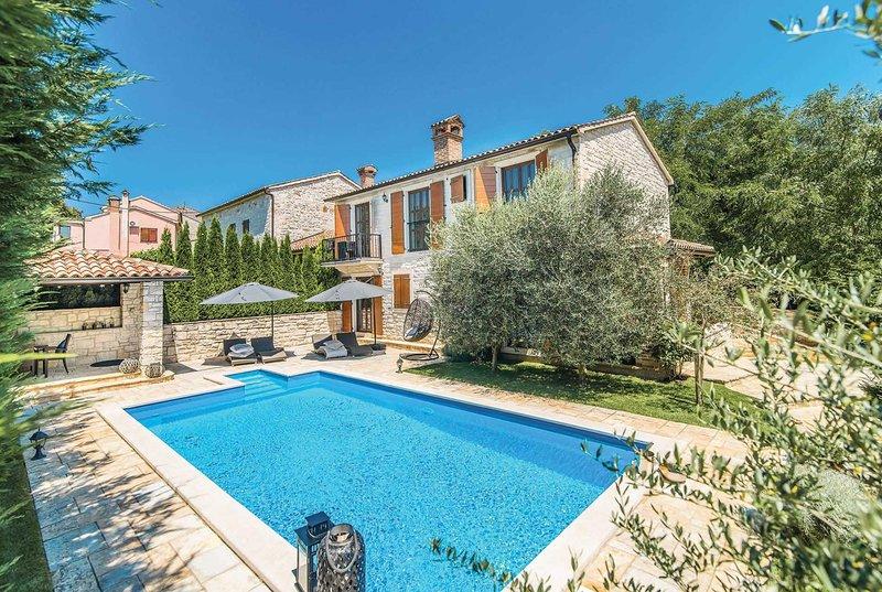 Modern villa with easy access to town, alquiler de vacaciones en Sveti Lovrec