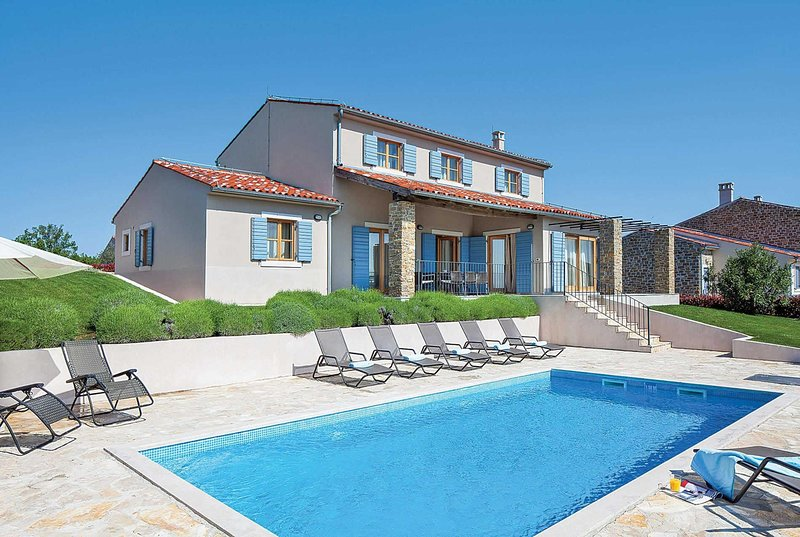 Villa with pool close to hilltop towns, holiday rental in Buje
