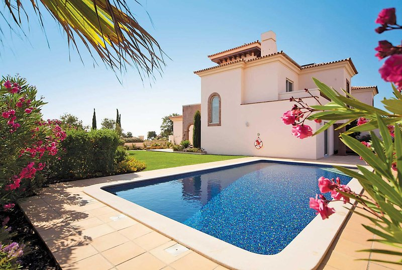 Luxury villa on Monte Rei Golf perfect setting, holiday rental in Ribeira da Gafa